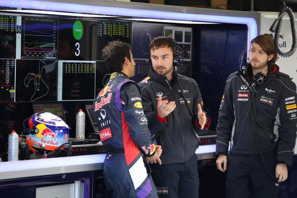 (L to R): Daniel Ricciardo (AUS) Red Bull Racing, with Simon Rennie (GBR) Red Bull Racing Race Engineer and Gavin Ward (GBR) Red Bull Racing Performance Engineer. Formula One Testing, Jerez, Spain, Day Three, Thursday 30 January 2014.