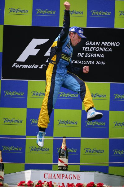 2006 Spanish Grand Prix - Sunday Race,  Barcelona, Spain. Fernando Alonso, Renault R26, 1st position, jump, portrait, podium. 14th May 2006  World Copyright: Steve Etherington/LAT Photographic  ref: 48mb Hi Res Digital Image Only