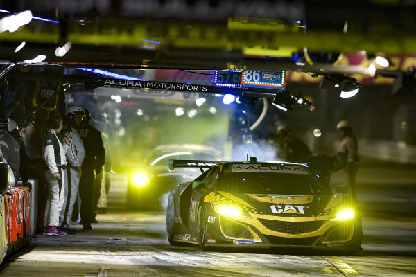 #57 Heinricher Racing w/Meyer Shank Racing Acura NSX GT3, GTD: Katherine Legge, Ana Beatriz, Christina Nielsen, pit stop