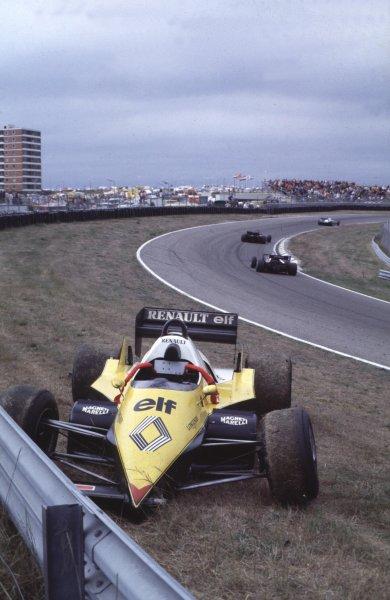 1983 Dutch Grand Prix.Zandvoort, Holland.26-28 August 1983.Alain Prost (Renault RE40) after crashing with Nelson Piquet.  Ref: 83HOL04. World Copyright - LAT Photographic