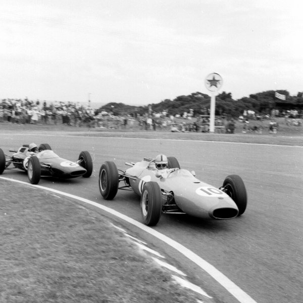 1962 South African Grand Prix.East London, South Africa.27-29 December 1962.Jack Brabham (Brabham BT3 Climax) leads Trevor Taylor (Lotus 25 Climax). Brabham finished in 4th position.Ref-17152.World Copyright - LAT Photographic