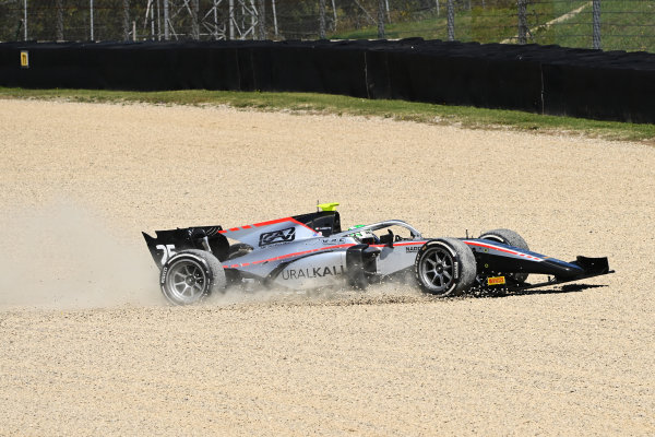 Luca Ghiotto (ITA, HITECH GRAND PRIX) enters the gravel in race 2