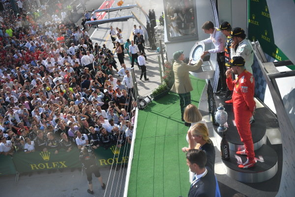 Sir Jackie Stewart, 3-time F1 Champion, presents the constructors trophy on the podium