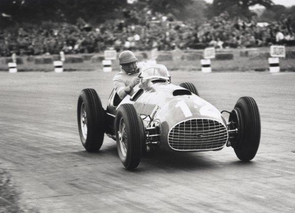 1951 British Grand Prix. Silverstone, Great Britain. 14 July 1951. Jose Froilan Gonzalez, Ferrari 375, 1st position, action. World Copyright: LAT Photographic Ref: 51/36/9