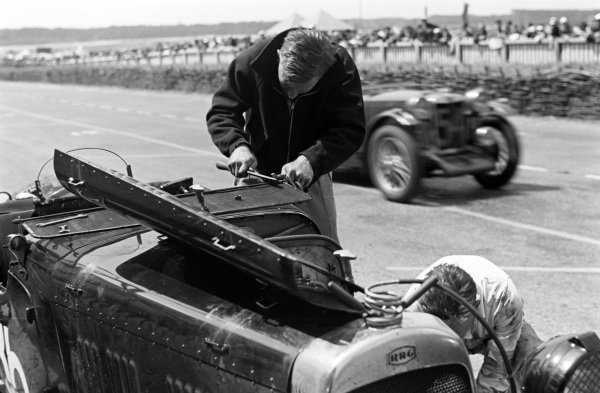 Ted Halford / Archie Scott, HRG Le Mans Model, makes a pitstop, as Dorothy Stanley-Turner / Joan Riddell, Capt. George E. T. Eyston, MG Midget PB, passes.