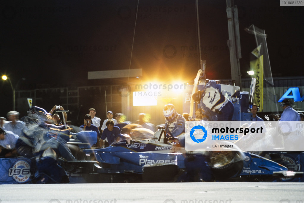 Paul Tracy, Team Player's, Lola B02/00, makes a pitstop.