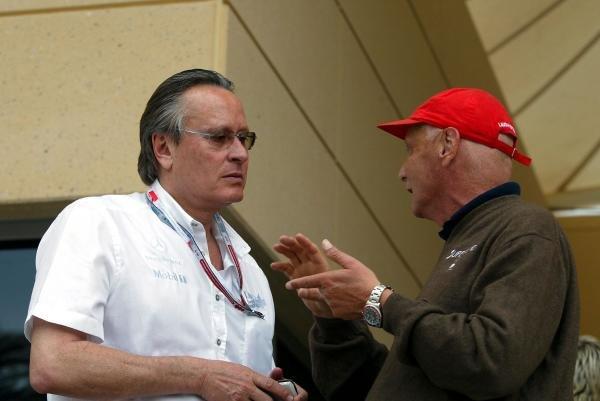 (L to R): Mansour Ojjeh (KSA) TAG McLaren Group talks with Niki Lauda (AUT) RTL TV Commentator. Formula One World Championship, Rd3, Bahrain Grand Prix, Race Day, Bahrain International Circuit, Bahrain, 4 April 2004. DIGITAL IMAGE