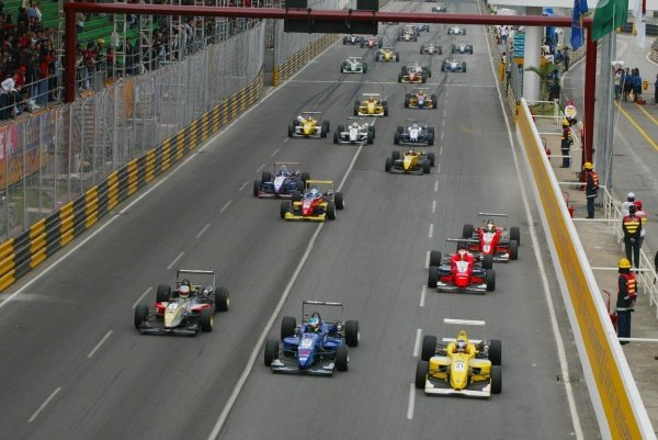 The start of the 49th Macau Formula 3 Grand Prix.49th Macau Formula 3 Grand Prix, Macau, China. 17 November 2002.DIGITAL IMAGE