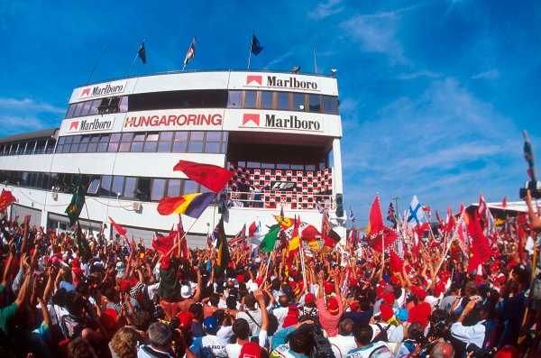 Hungaroring, Hungary.11-13 August 1995.Damon Hill (Williams Renault) 1st position, comes out onto the podium in front of a buoyant crowd.Ref-95 AUT 01.World Copyright - LAT Photographic