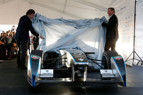 5-6 January, 2014, Las Vegas, Nevada USA Dr. Paul E. Jacobs, Chairman and CEO of Qualcomm Incorporated, and Alejandro Agag, CEO Formula E Holdings, unveil the new Spark-Renault SRT_01E Formula E car ©2014, Lesley Ann Miller LAT Photo USA