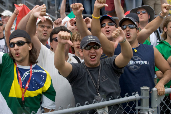 2005 United States Grand Prix - Sunday Race,Indianapolis, USA 19th June 2005American race fans react angrily to as the teams running Michelin tyres withdraw from therace on the parade lap World Copyright:Charles Coates/LAT Photographic ref:Digital Image Only (a high res version is available on request)
