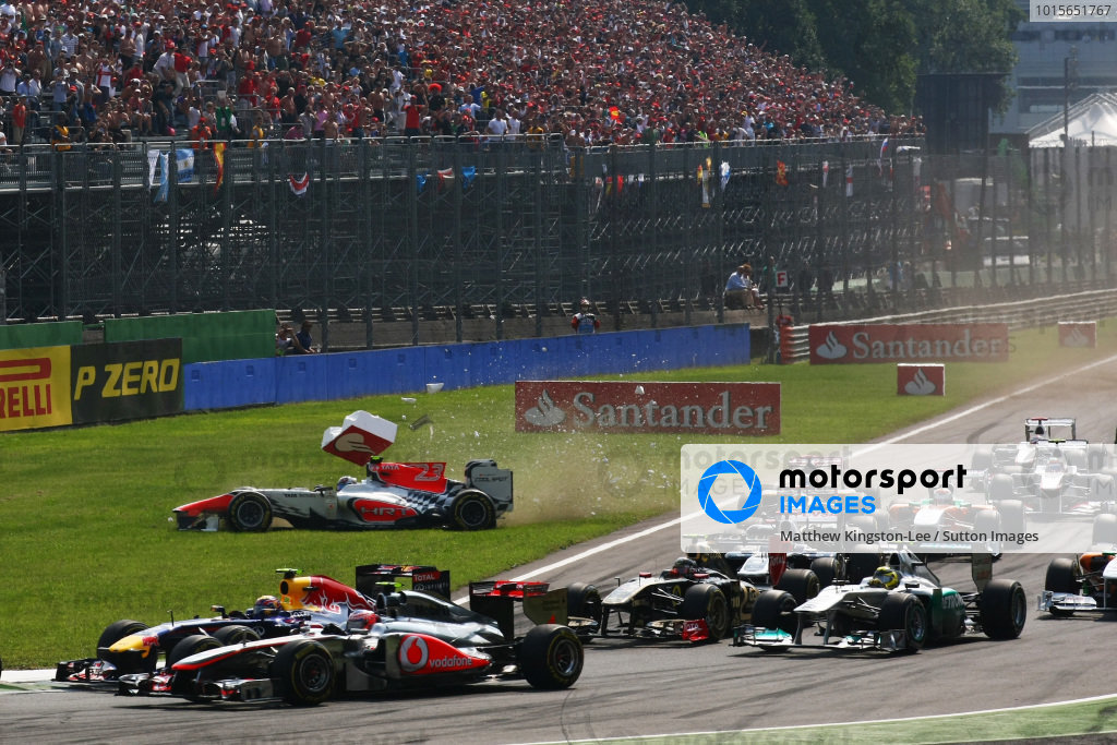 Vitantonio Liuzzi (ITA) HRT Formula 1 Team F111 crashes at the start of the race.