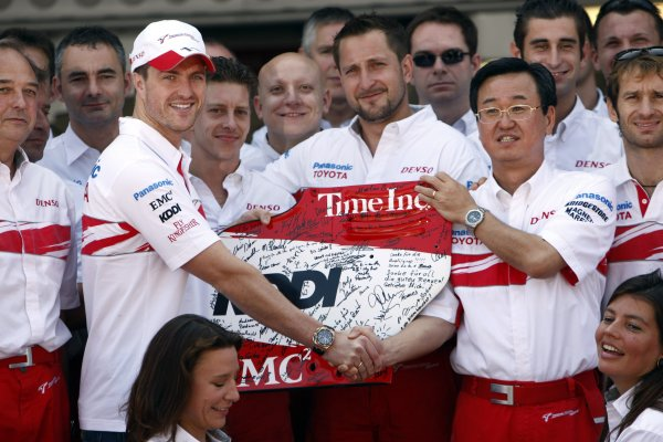 2007 Brazilian Grand Prix - Sinday RaceInterlagos, Sao Paulo, Brazil21st October 2007.Ralf Schumacher, Toyota TF107, and Tadashi Yamashina, Vice Chairman, Toyota, with the Toyota team. Portrait. World Copyright: Andrew Ferraro/LAT Photographicref: Digital Image _H0Y4179