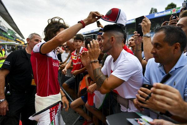 Antonio Giovinazzi, Alfa Romeo Racing gives his hat to a fan