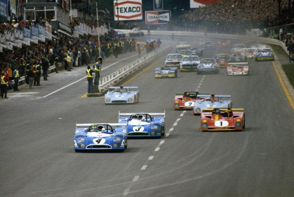 Gérard Larrousse / Henri Pescarolo, Matra, Matra-Simca MS670B 03 leads Chris Amon / Graham Hill, Matra, Matra-Simca MS670B 01 and Jacky Ickx / Brian Redman, S.E.F.A.C, Ferrari 312 PB 0888 at the start.