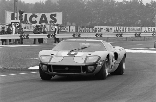 Jacky Ickx / Jackie Oliver, John Wyer Automotive Engineering Ltd, Ford GT40.