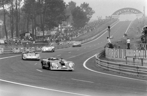 Herbert Linge / Jonathan Williams, Solar Productions, Porsche 908/02 (Camera car), leads Giovanni Galli / Rolf Stommelen, Autodelta SpA, Alfa Romeo T33/3, and Rudi Lins / Dr. Helmut Marko, Martini International Racing Team, 908/02 LH.