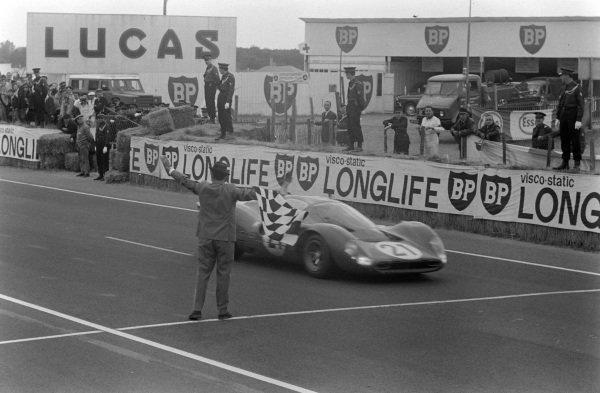 Ludivico Scarfiotti / Mike Parkes, Scuderia Ferrari, Ferrari 330P4, takes the chequered flag.