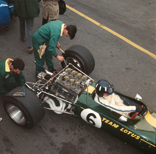 1967 Dutch Grand Prix. Zandvoort, Holland. 2-4 June 1967. Graham Hill (Lotus 49 Ford) in the pits. Ref-3/2886. World Copyright - LAT Photographic