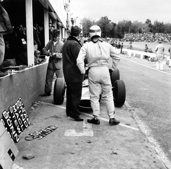 1965 United States Grand Prix.Watkins Glen, United States. 3 October 1965.Tony Rudd and Jackie Stewart, BRM P261, retired, in the pits.World Copyright: LAT PhotographicRef: 31381