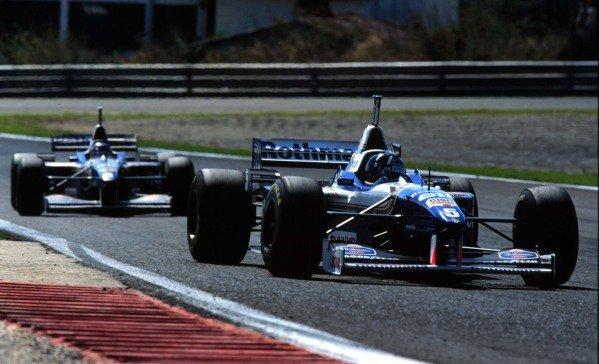1996 Portuguese Grand Prix.Estoril, Portugal.20-22 September 1996.Damon Hill leads Jacques Villeneuve (Williams FW18 Renault). Villeneuve finished in 1st position.World Copyright - LAT Photographic