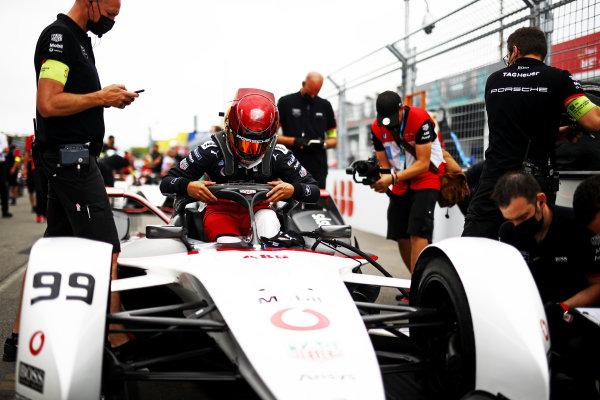 Pascal Wehrlein (DEU), Tag Heuer Porsche, Porsche 99X Electric, arrives on the grid