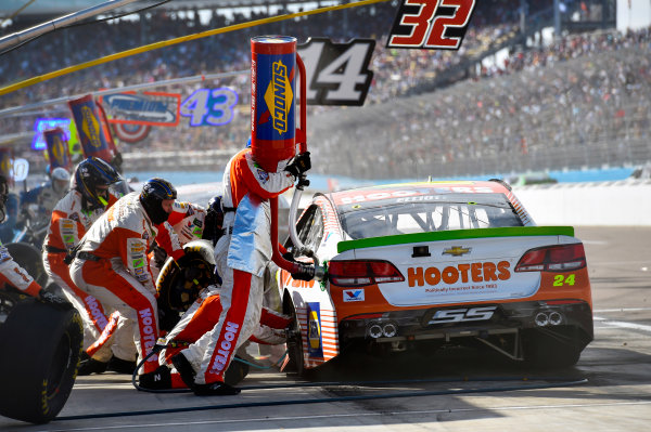Monster Energy NASCAR Cup Series Can-Am 500 Phoenix Raceway, Avondale, AZ USA Sunday 12 November 2017 Chase Elliott, Hendrick Motorsports, Hooters Chevrolet SS pit stop World Copyright: Nigel Kinrade LAT Images