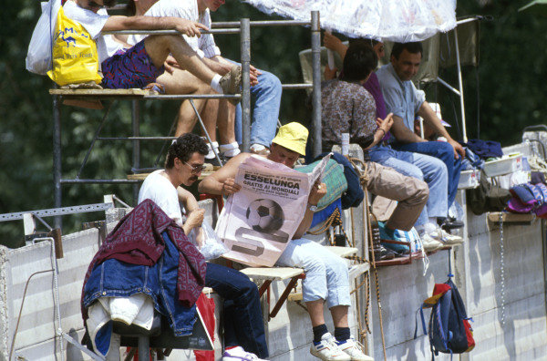 The Italian fans often make their own grandstands San Marino Grand Prix - Imola, 13 May 1990