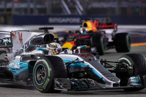 Marina Bay Circuit, Marina Bay, Singapore. Sunday 17 September 2017. Lewis Hamilton, Mercedes F1 W08 EQ Power+, leads Daniel Ricciardo, Red Bull Racing RB13 TAG Heuer. World Copyright: Steve Etherington/LAT Images  ref: Digital Image SNE19439