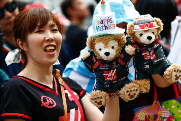 Suzuka Circuit, Japan. Thursday 05 October 2017. Fans. World Copyright: Andy Hone/LAT Images  ref: Digital Image _ONZ0556