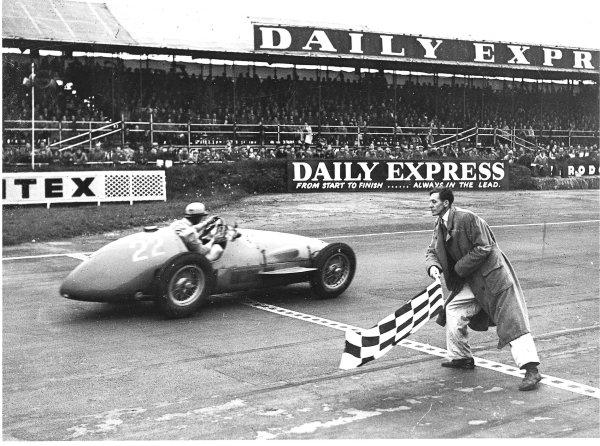 Silverstone, Great Britain. 15 May 1954.Jose Froilan Gonzalez (Ferrari 625), 1st position.Ref-C38878.World Copyright - LAT Photographic