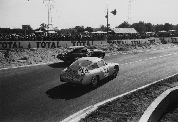 Le Mans, France 23rd - 24th June 1962.Edgar Barth/Hans Herrmann (Porsche 695 GS), 7th position, passes Peter Sargent/Peter Lumsden (Jaguar E-type), 5th position, action. World Copyright: LAT Photographic.Ref: 9951G - 37A-38.