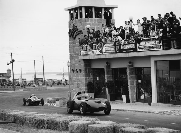 Porto, Portugal. 22nd - 24th August 1958.Tony Brooks (Vanwall VW5), retired, leads Maurice Trintignant (Cooper-Climax T45), 8th position, action. World Copyright: LAT Photographic.Ref:  Autocar Glass Plate C53310