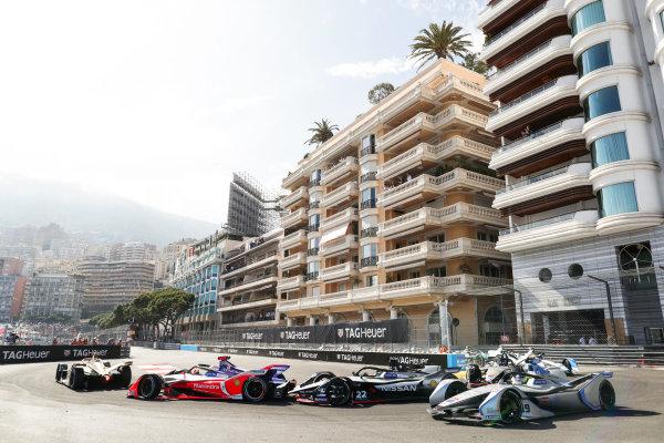 Felipe Massa (BRA), Venturi Formula E, Venturi VFE05 on the outside of Oliver Rowland (GBR), Nissan e.Dams, Nissan IMO1 behind Pascal Wehrlein (DEU), Mahindra Racing, M5 Electro