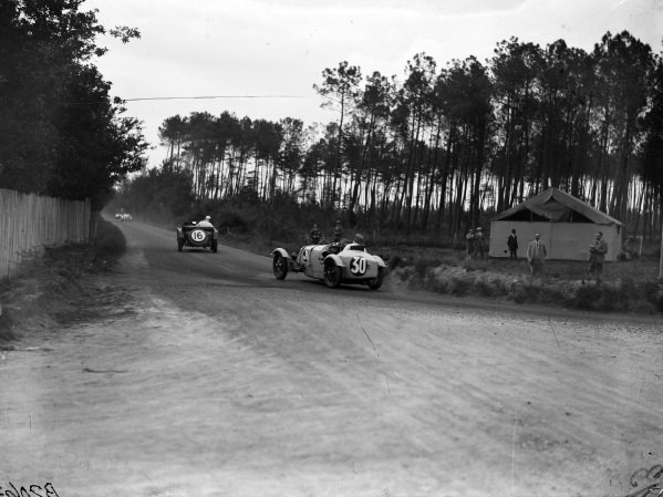 Michel Doré / Jean Treunet, BNC Type 527, chases Brian Lewis / Tim Rose-Richards, Fox And Nicholl, Lagonda OH.