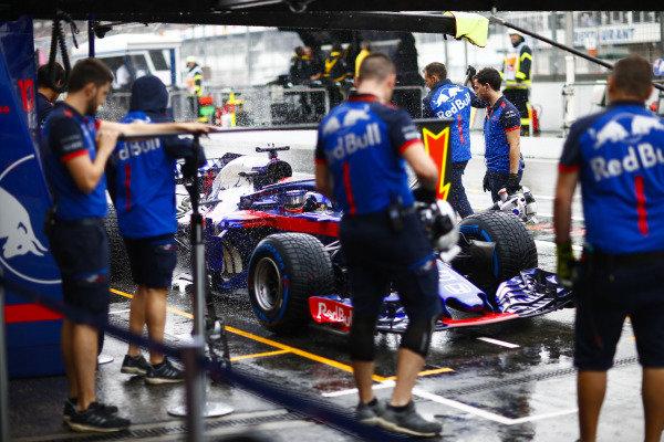 Brendon Hartley, Toro Rosso STR13 Honda, stops in his pit area.