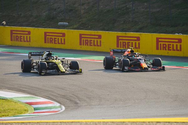Daniel Ricciardo, Renault R.S.20, battles with Alexander Albon, Red Bull Racing RB16