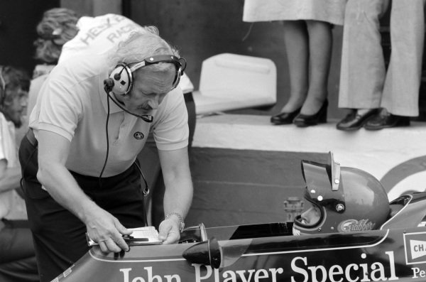 Colin Chapman talks to Ronnie Peterson in his Lotus 72E Ford.