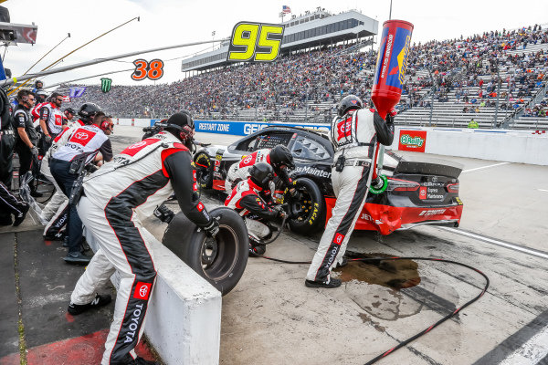#95: Matt DiBenedetto, Leavine Family Racing, Toyota Camry Toyota Express Maintenance pit stop