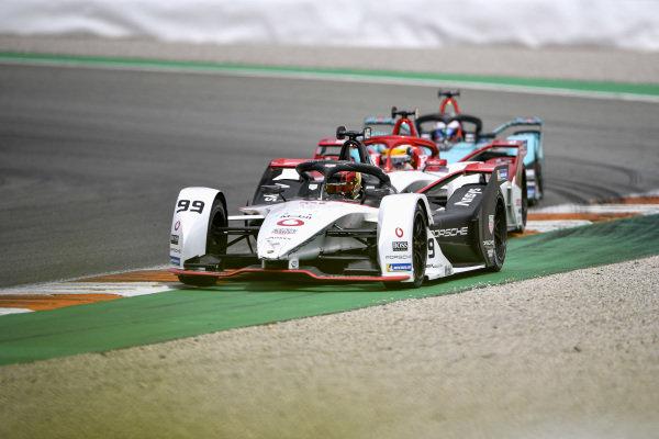 Pascal Wehrlein (DEU), Tag Heuer Porsche, Porsche 99X Electric, leads Sergio Sette Camara (BRA), Dragon Penske Autosport, Penske EV-5