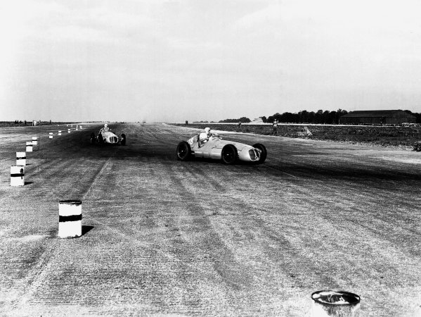 Silverstone, Great Britain.2 October 1948.Luigi Villoresi leads Alberto Ascari (both Maserati 4CLT/48). They finished in 1st and 2nd positions respectively.Ref-Autocar C23331.World Copyright - LAT Photographic