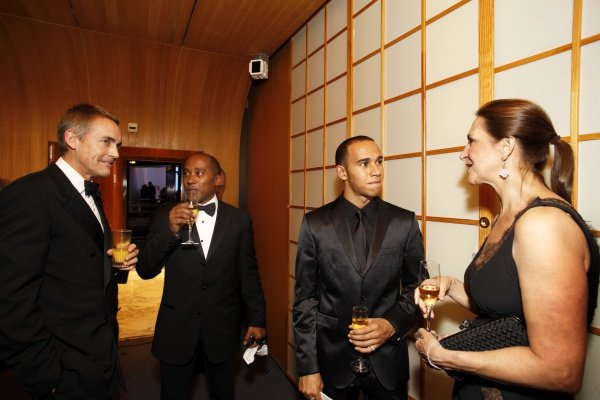 (L to R): Martin Whitmarsh (GBR) McLaren Managing Director, Anthony Hamilton (GBR) and Lewis Hamilton (GBR).