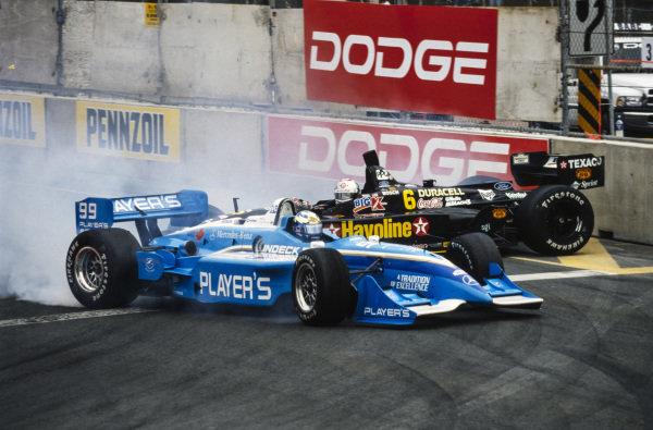 Greg Moore, Forsythe Racing, Reynard 99i Mercedes, and Michael Andretti, Newman/Haas Racing, Swift 010.c Ford, make contact.