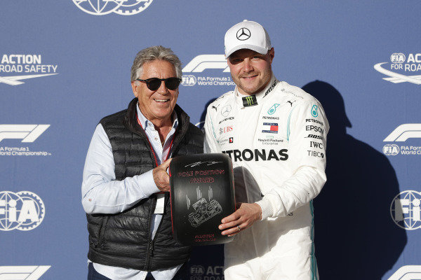 Mario Andretti presents the Pirelli pole position award to Valtteri Bottas, Mercedes AMG.
