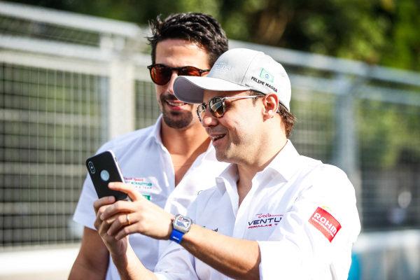 Felipe Massa (BRA), Venturi Formula E, shows Lucas Di Grassi (BRA), Audi Sport ABT Schaeffler, his phone