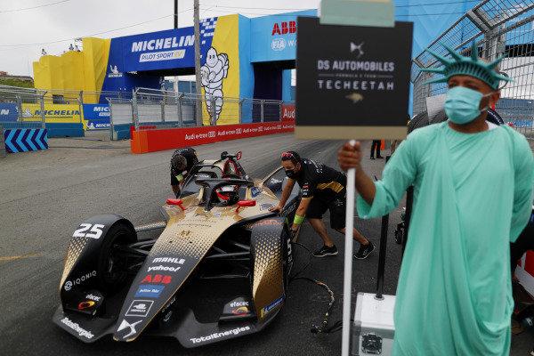 Jean-Eric Vergne (FRA), DS Techeetah, DS E-Tense FE21, arrives on the grid
