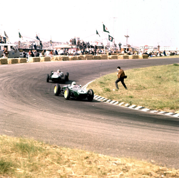 1960 Dutch Grand Prix.Zandvoort, Holland.4-6 June 1960.Innes Ireland leads Alan Stacey (both Lotus 18 Climax). Ireland finished in 2nd position.Ref-3/0184.World Copyright - LAT Photographic
