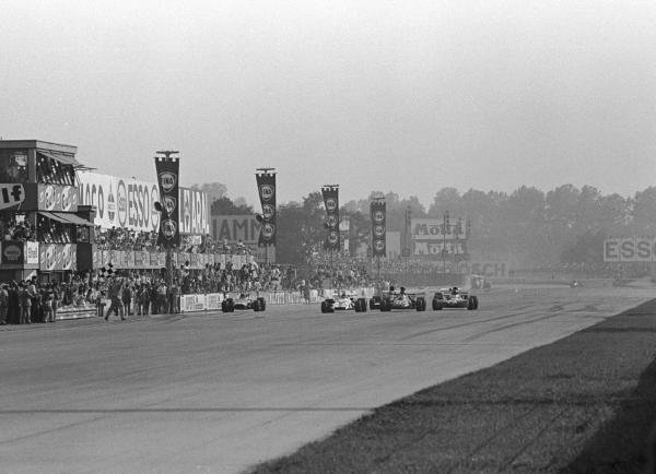 The Flag is out. Peter Gethin(GBR) BRM P160 is just ahead of Ronnie Peterson(SWE), Francois  Cevert(FRA) and Mike Hailwood(GBR). They were only 18/100ths sec apart Italian GP, Monza, 5 September 1971