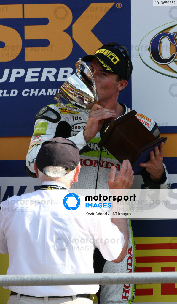 Brands Hatch, England. 3rd - 5th August 2007. James Toseland, Hannspree Honda CBR1000RR, receives his trophy for race two victory from John Surtees on the podium. Portrait. World Copyright: Kevin Wood/LAT Photographic ref: Digital Image IMG_9156a