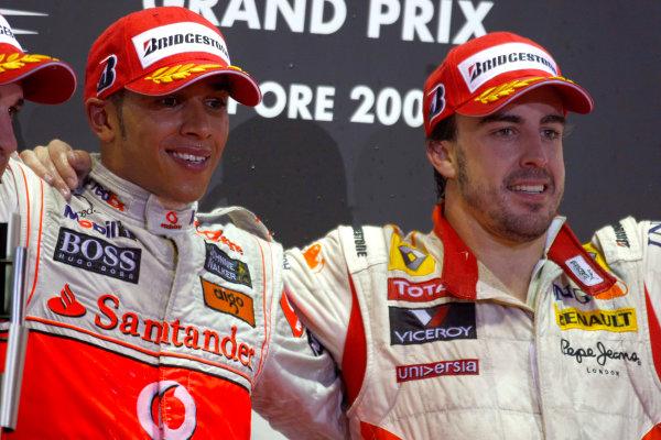 Marina Bay Circuit, Singapore. 27th September 2009. Lewis Hamilton, McLaren MP4-24 Mercedes and Fernando Alonso, Renault R29 celebrate on the podium. Portrait. World Copyright: Charles Coates/LAT Photographic ref: Digital Image _26Y7512